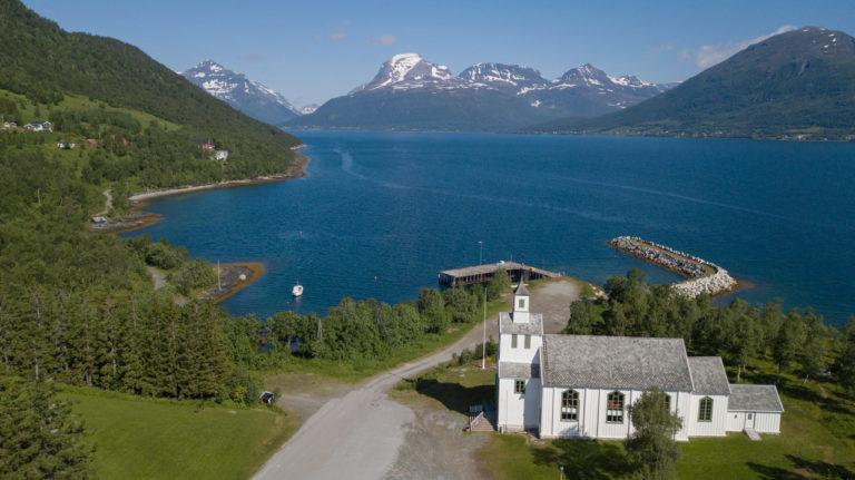 hvit kirke på Tennes i balsfjord